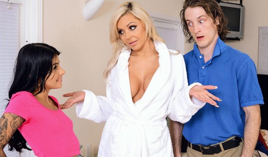 С красивыми молодыми брюнетками парень устроил секс втроем