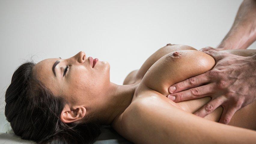 Массажист Подарил Клиентке Секс После Массажа