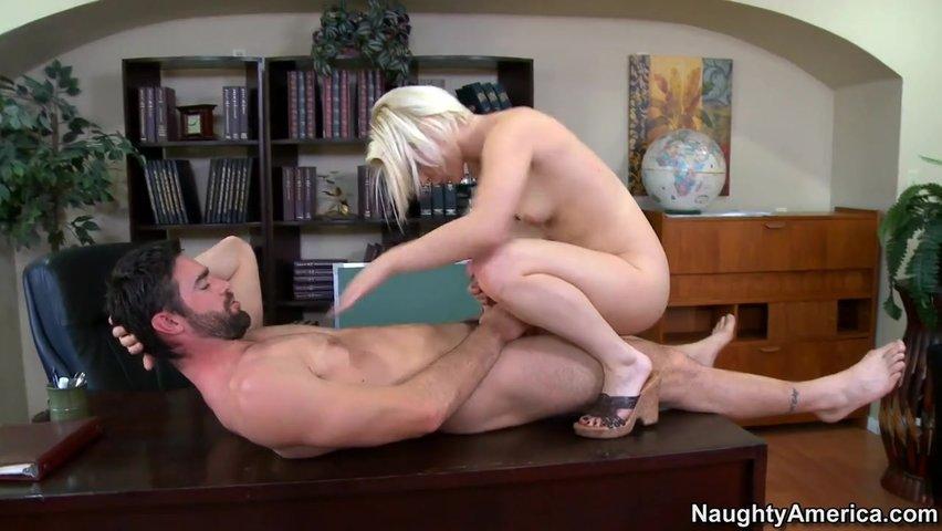 Секси блондинка проверяет способности своего потенциального мужа